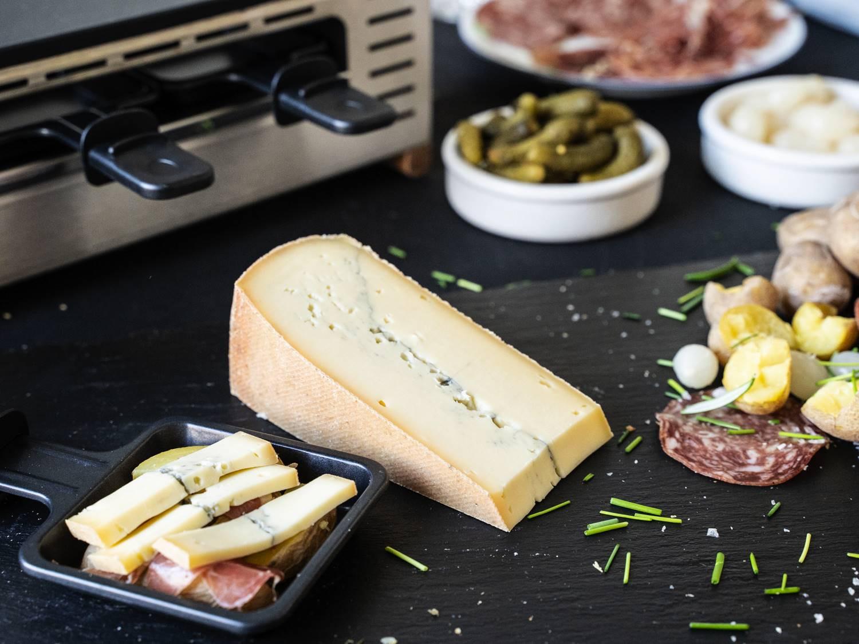 Morbier Käse für Raclette aus Frankreich serviert mit Beilagen beim Pfännchenraclette