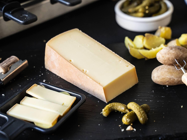 Käse für Raclette aus Frankreich Rohmilchkäse serviert mit Beilagen