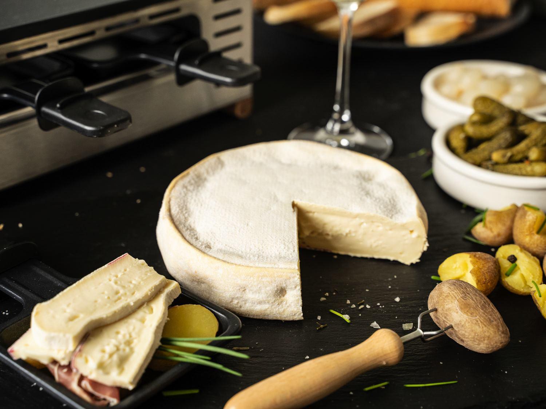 Reblochon, Käse aus Rohmilch für Raclette beim Pfännchenraclette serviert mit Beilagen