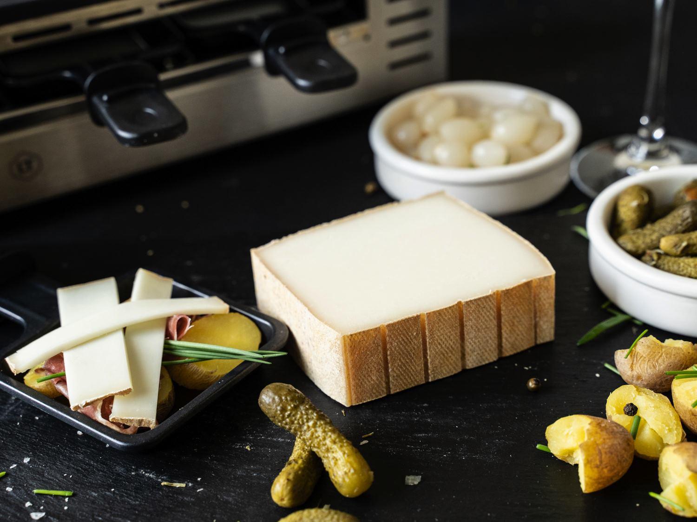 Raclettekäse aus Schafsmilch aus den Pyrenäen Schafsraclette serviert mit Beilagen