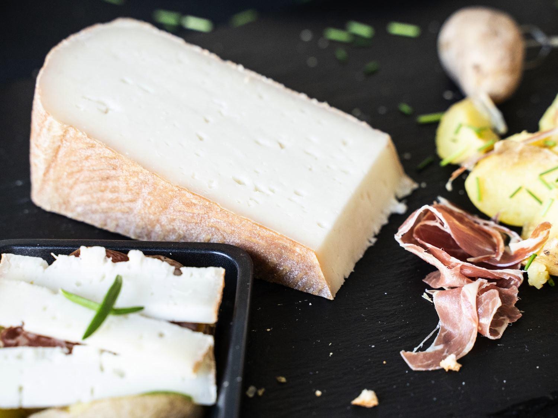 Käse für Raclette aus Ziegenmilch zum Pfännchenraclette serviert mit Beilagen