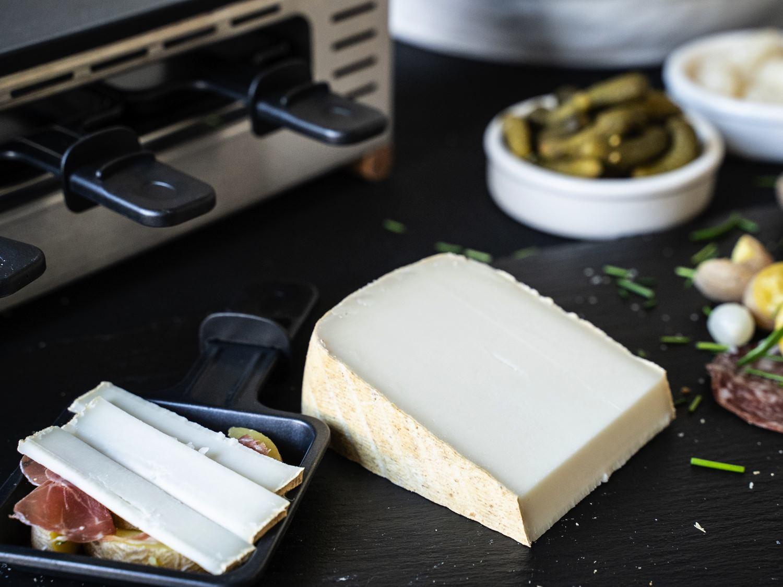 Raclettekäse aus Schafsmilch und Ziegenmilch aus Frankreich serviert mit Beilagen