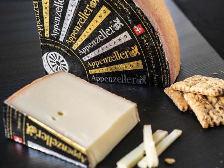 Appenzeller | Extra Würzig | Schweizer Käse in Schwarz-Gold