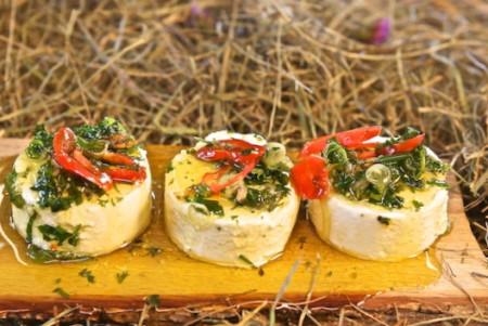 Ziegenkäse 'Picandou' (Crottin Frais) eingelegt in Kräuterlake 80g je Portion